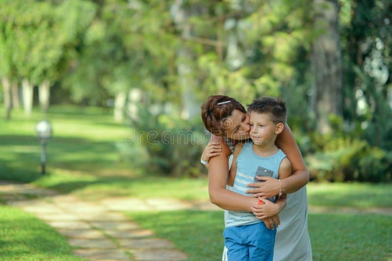 Na mãe e no filho do parque foto de stock