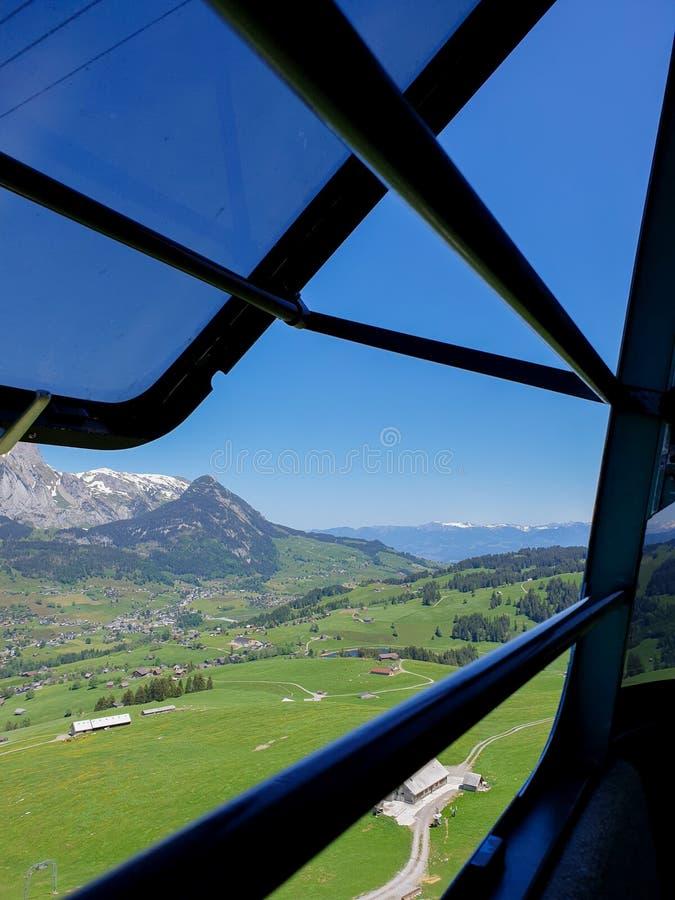 Na maneira à montanha de Chaeserrugg, vale de Toggenburg fotos de stock