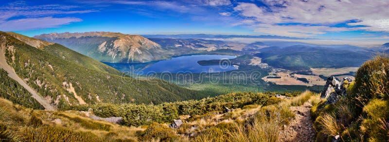 Na maneira até a vista a mais bonita do parque nacional dos lagos Nelson em Nova Zelândia imagem de stock