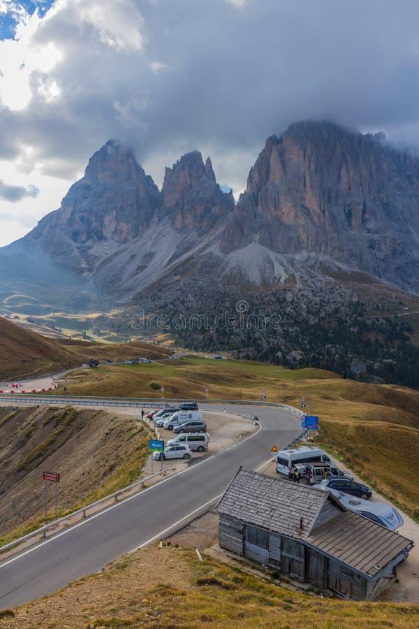Na maneira a um dia frio do outono com o sul Tirol imagens de stock