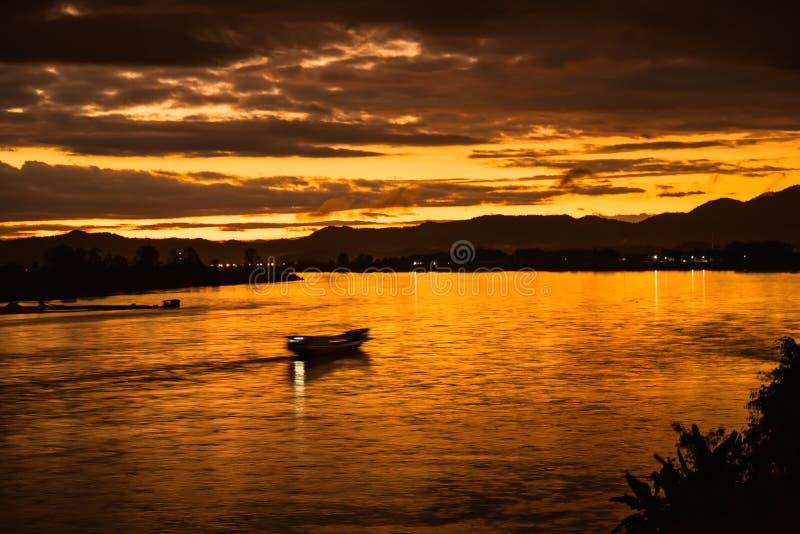 Na manhã, o sol aumenta nos bancos do Mekong River no triângulo dourado, Chiang Rai, Tailândia fotos de stock