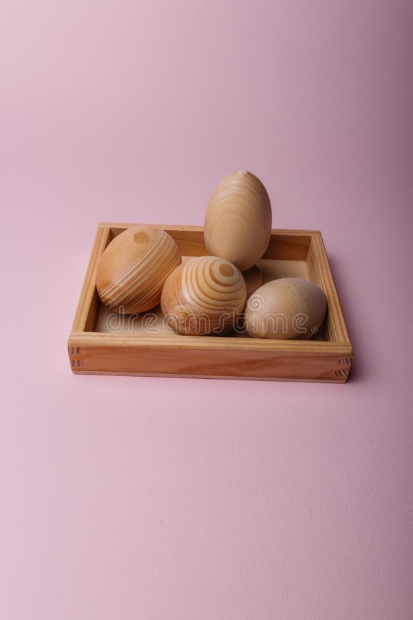 Na menchii tło jest drewnianym stojakiem w którym są drewniani jajka, puste miejsca, Wielkanocni jajka obrazy royalty free