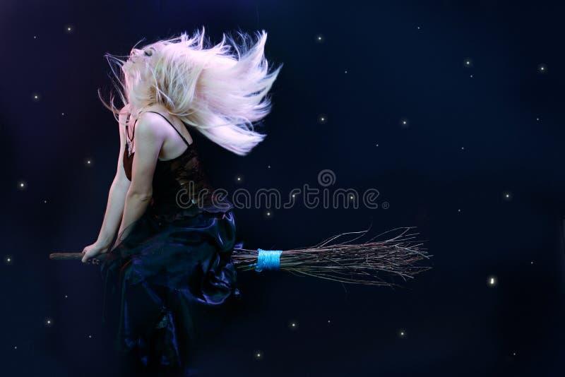 Na miotle czarownicy blond latanie obraz royalty free