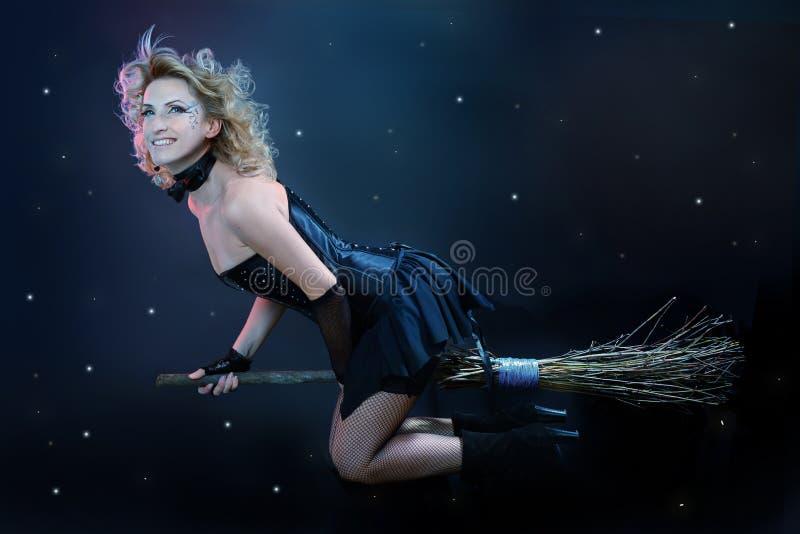 Na miotle czarownicy blond latanie obraz stock