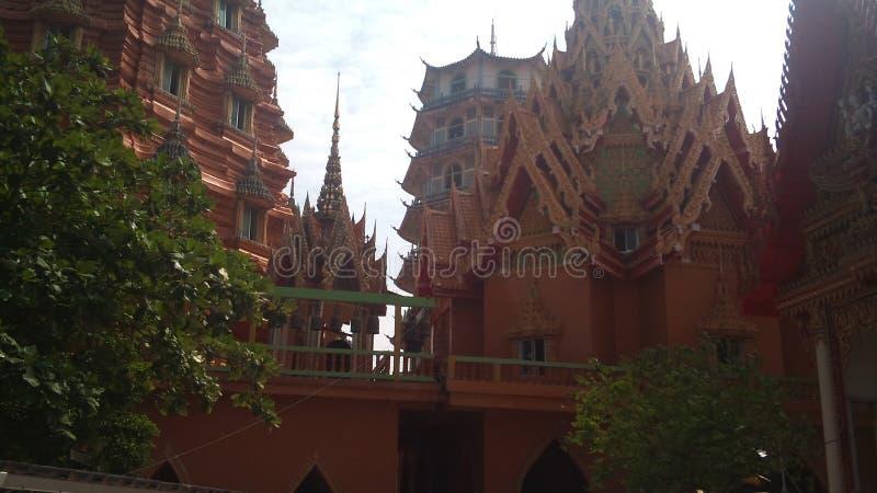 Na montanha alta está o templo budista da caverna Tailândia do tigre foto de stock