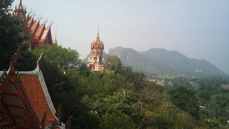 Na montanha alta est? o templo budista da caverna Tail?ndia do tigre imagem de stock