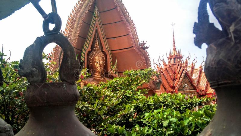 Na montanha alta est? o templo budista da caverna Tail?ndia do tigre fotos de stock royalty free