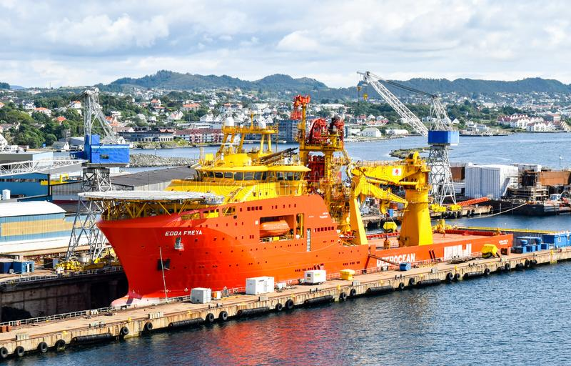 Na morzu budowy naczynie OCV EDDA FREYA firma DeepOcean jest w suchym doku stocznia w Haugesund w Norwegia obraz stock