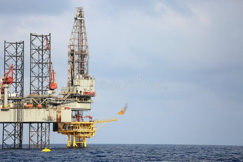 Na morzu budowy platforma dla produkci ropa i gaz Ropa i gaz przemysł i ciężka praca przemysł Produkci platforma obrazy royalty free