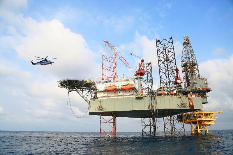 Na morzu budowy platforma dla produkci ropa i gaz Ropa i gaz przemysł i ciężka praca przemysł Produkci platforma obrazy stock