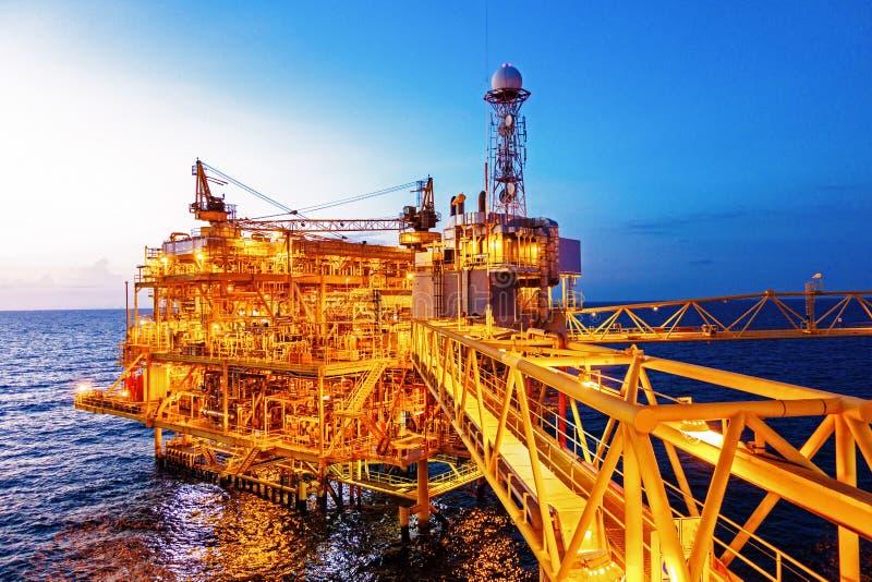 Na morzu budowy platforma dla produkci ropa i gaz z b fotografia stock