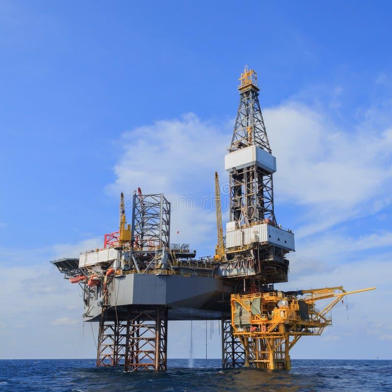 Na morzu Jack Up Wiertniczy takielunek Nad produkci platformą w Th fotografia stock