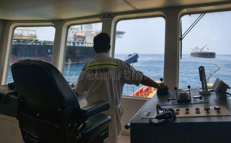 Na morzu naczynie capten manewru naczynie przy morzem obraz stock