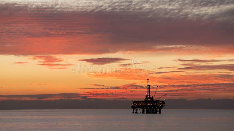 Na morzu platforma w zmierzchu zdjęcie royalty free