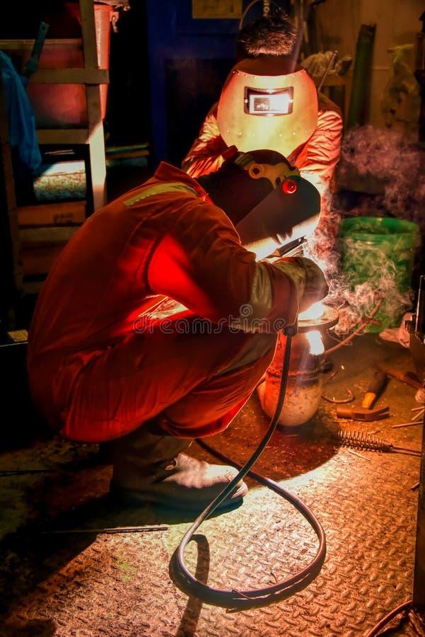 Na morzu pracownika spawu drymba z PPE zdjęcia stock