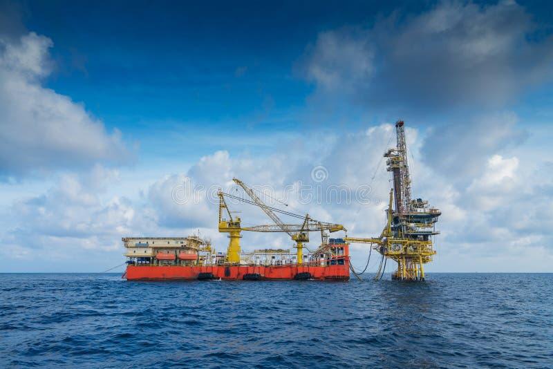 Na morzu ropa i gaz produkcja, eksploracja i czuła takielunek praca nad daleką platformą, ukończenie gazy i ropy naftowej well zdjęcie stock