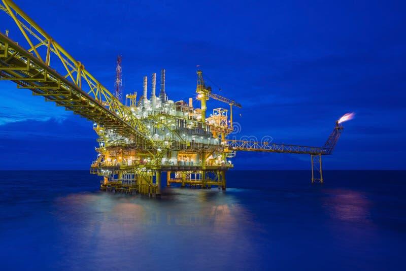 Na morzu ropa i gaz przerobowa platforma, ropa i gaz przemysł taktować surowych gazy i wysyłający rafineria onshore fotografia royalty free