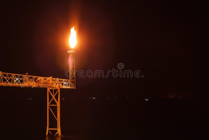 Na morzu ropa i gaz raca w nocy świetle zdjęcie royalty free