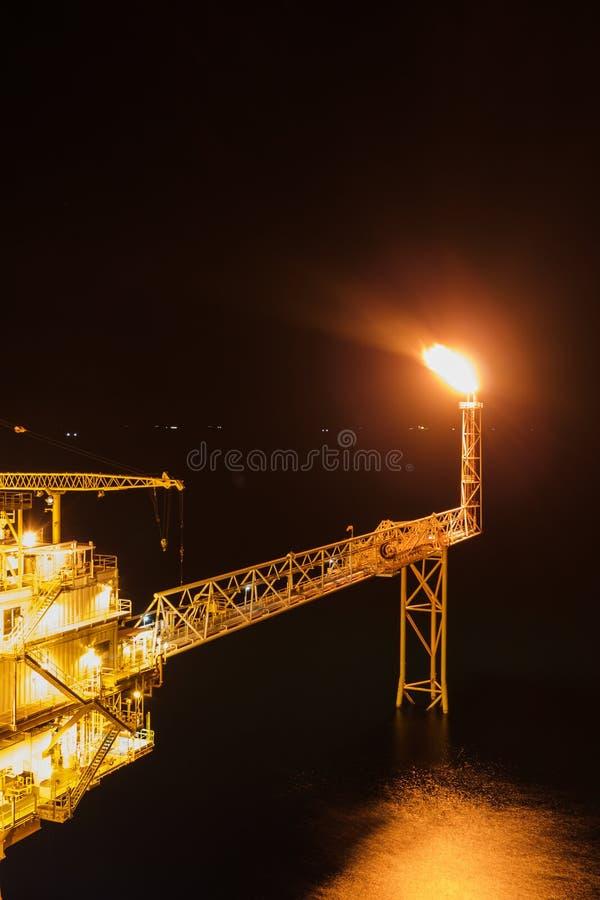 Na morzu ropa i gaz racy wydmuszysko w morzu podczas burzy backg zdjęcia stock