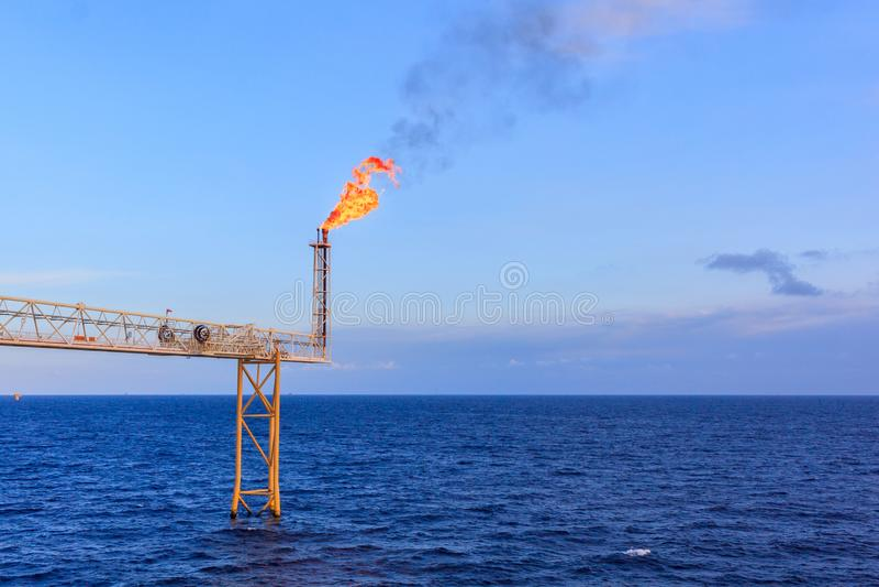 Na morzu ropa i gaz racy wydmuszysko w morzu podczas dnia światła b obrazy stock