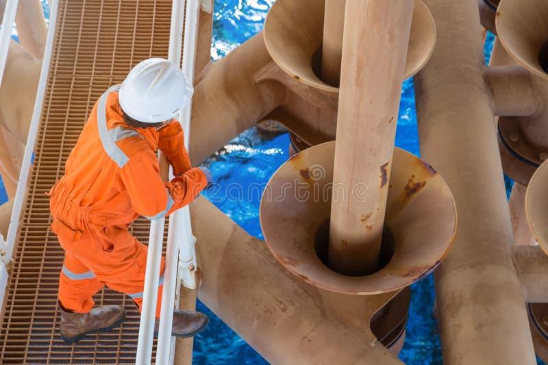 Na morzu wieża wiertnicza pracownika pozycja przy szczeliną przy wellhead pilota platformą dobrze Władzy i energii biznes w zatoc obraz stock
