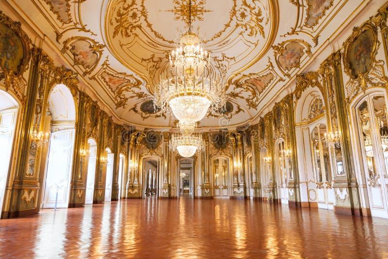 O salão de baile do palácio do nacional de Queluz imagens de stock