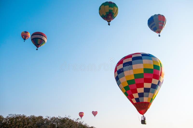 Na niebieskim niebie gor?ce powietrze kolorowy balon obrazy royalty free