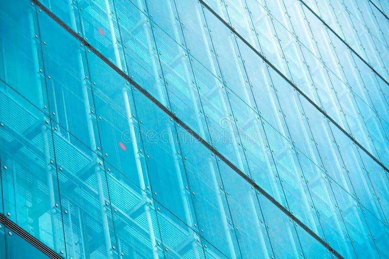 Na nowożytnym budynku nowożytne szklane sylwetki zdjęcie royalty free