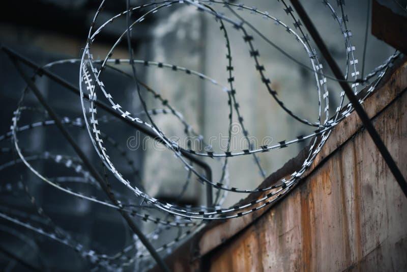 Na ośniedziałym ogrodzeniu rani na górze ostrego drutu kolczastego fotografia stock