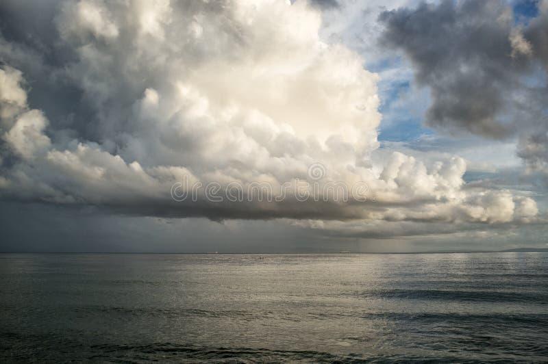 Na onweer… Spectaculaire cumulonimbus wolkenvorming royalty-vrije stock afbeeldingen