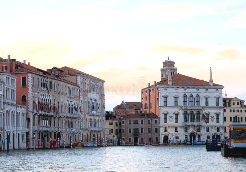 Na opinião da água em um barco em um dos canais dentro em Veneza Venezia Itália imediatamente antes do por do sol imagens de stock