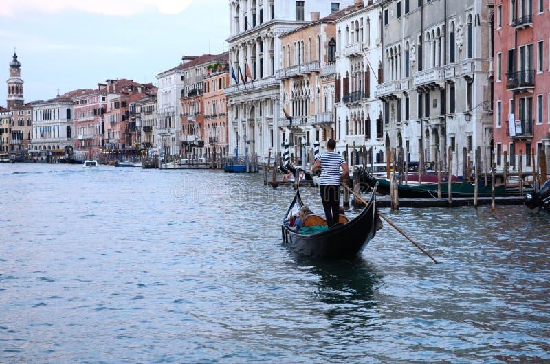 Na opinião da água em um barco em um dos canais dentro em Veneza Venezia Itália imediatamente antes do por do sol imagem de stock royalty free