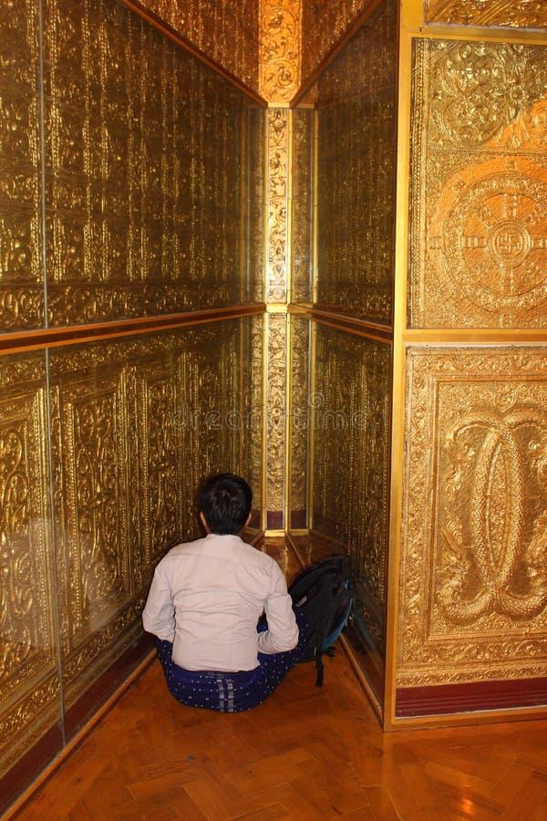 Na oração no pagode Yangon Myanmar de Botahtaung fotografia de stock royalty free