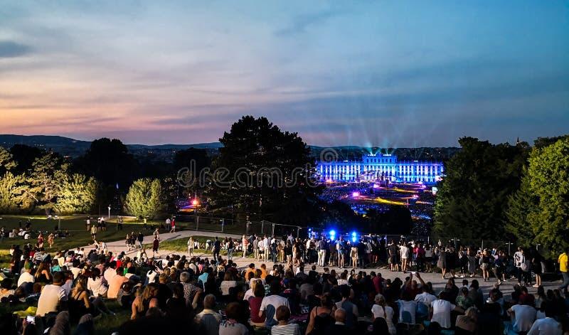 na otwartym powietrzu koncert lato noc od wspania?ych ogr?d?w Schonbrunn pa?ac z Filharmoniczn? orkiestr? Wiede? zdjęcie royalty free