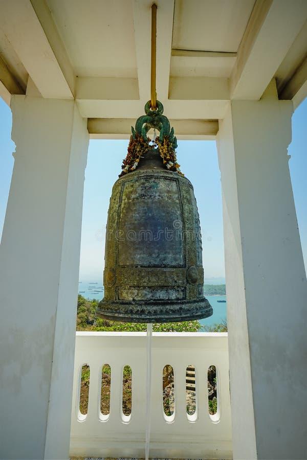 Na Pagodowym Buddha odcisku stopym buddyzm Dużego Bell na wzgórzu w Koh Si Chang wyspie Chonburi, Tajlandia zdjęcie royalty free