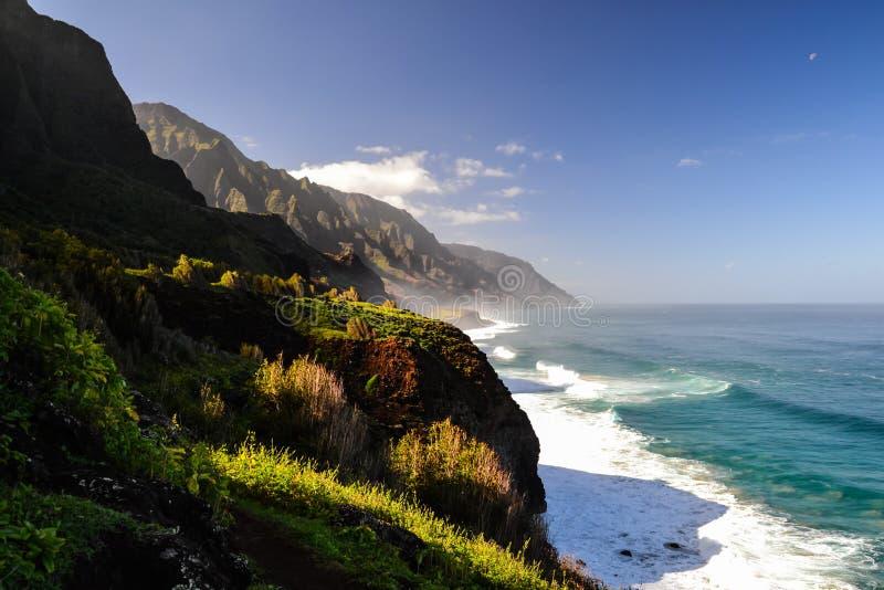 Na Pali wybrzeże blisko Kalalau plaży - Kauai, Hawaje zdjęcie stock