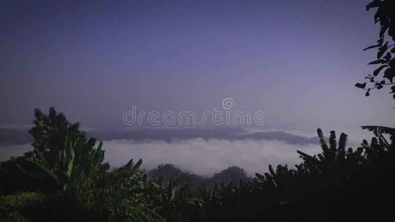 Na parte superior as nuvens fotografia de stock royalty free
