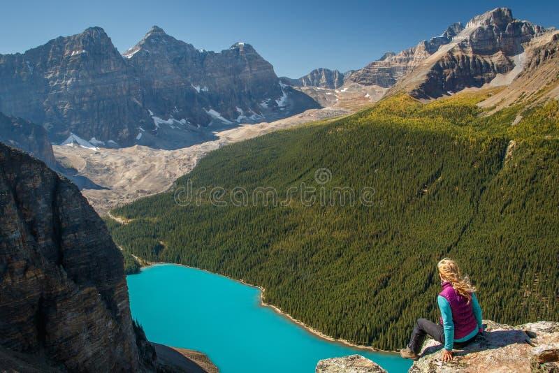 Na parte superior da torre de Babel acima do lago moraine, Canadá fotografia de stock royalty free
