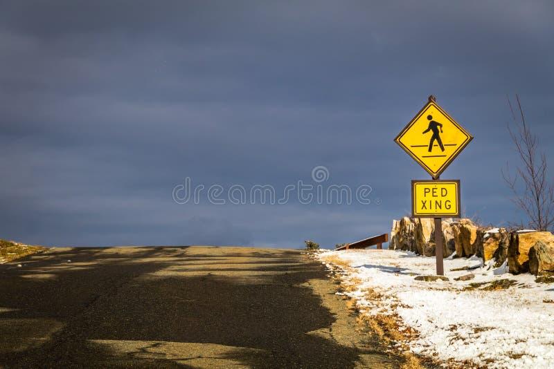 Na parte superior do monte, de um sinal do cruzamento pedestre e do céu cinzento natural - que está no outro lado? fotos de stock royalty free