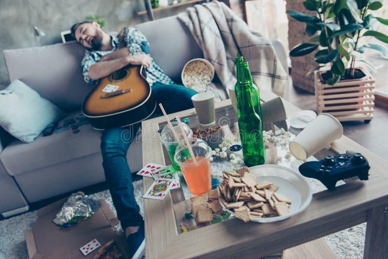 Na partijochtend, vrijgezellinpartij Het dronken hipster omhelzen stock afbeelding