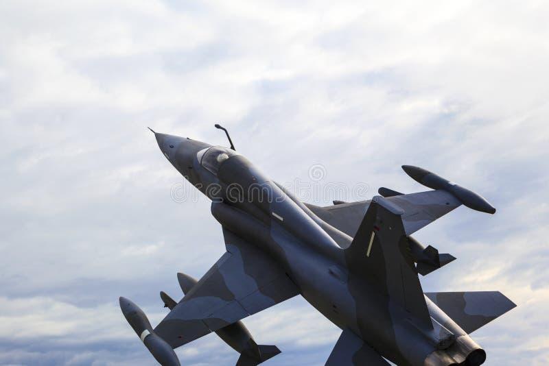 Na patrolu - myśliwiec w w powietrzu zdjęcie royalty free