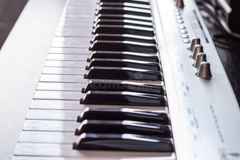 - na pianinie, blisko zamknięty czołowy widok obraz royalty free
