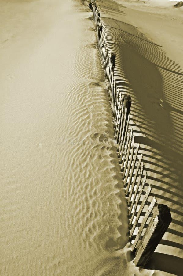 Na piasek diunie drewniany ogrodzenie obrazy stock