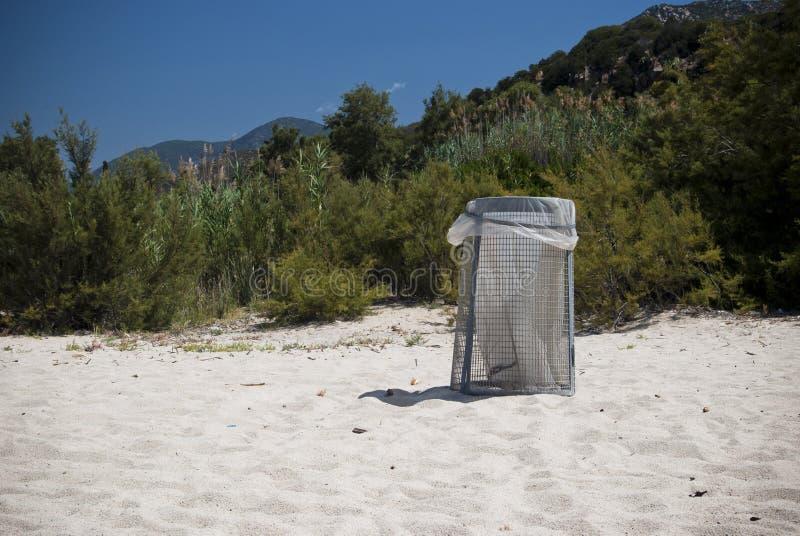 Na Plaży śmieciarski Kosz Obrazy Stock