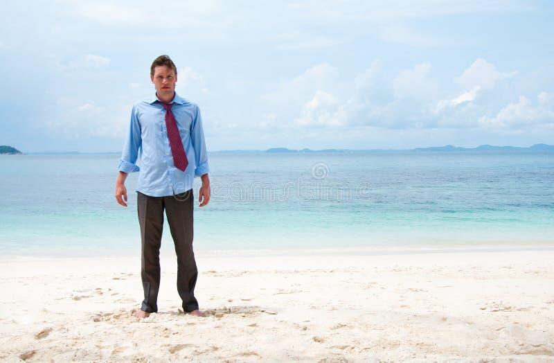 Na plaży śmieszny biznesowy mężczyzna zdjęcia royalty free