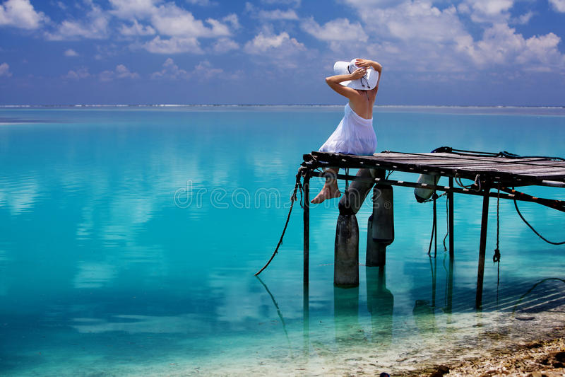 Na plaży kobieta odpoczynek zdjęcia royalty free
