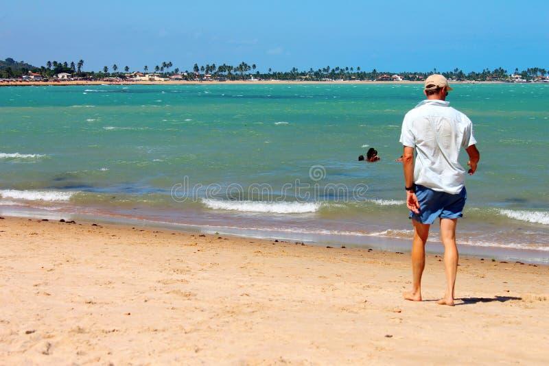 Na Plaży mężczyzna odprowadzenie obrazy royalty free