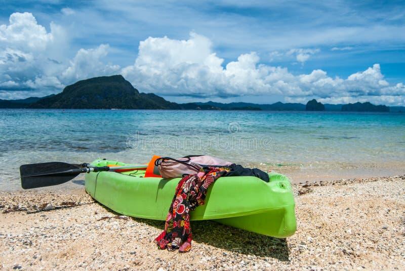 Na plaży plaża kajak Morze, wyspy i piękne chmury na tle, obrazy stock