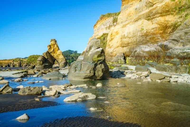 Na plaży, 3 słonia i siostry kołysają, nowy Zealand 45 zdjęcie stock