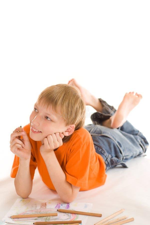 Na podłoga chłopiec lying on the beach zdjęcia stock